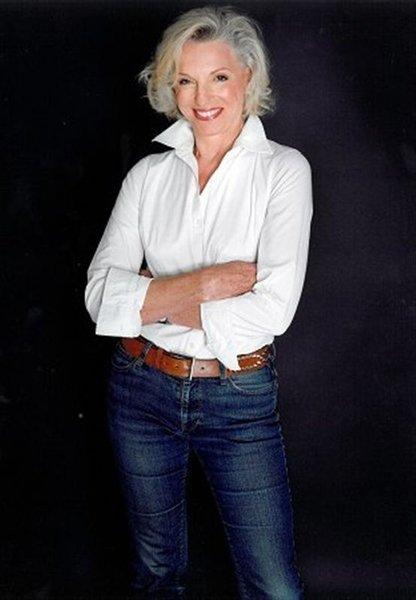 Белая рубашка в гардеробе женщины за 50 лет творит чудеса