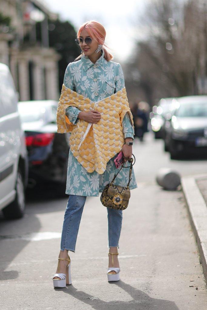 Девушка в джинсах и коротком платье