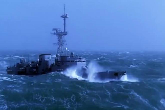 Военные корабли против идеального шторма: видео
