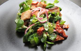 Салат с горгонзолой и беконом