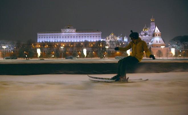 Экстремал устроил настоящий фрирайд на лыжах прямо у стен Кремля