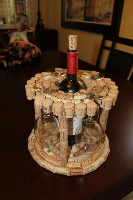 Интересная подставка для бокалов и бутылочки вина украсит романтический ужин.