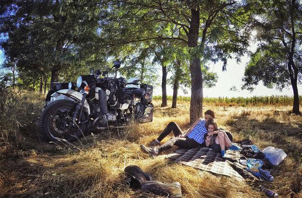 Румынский фотограф с семьей объехал Кавказ на мотоцикле «Урал»