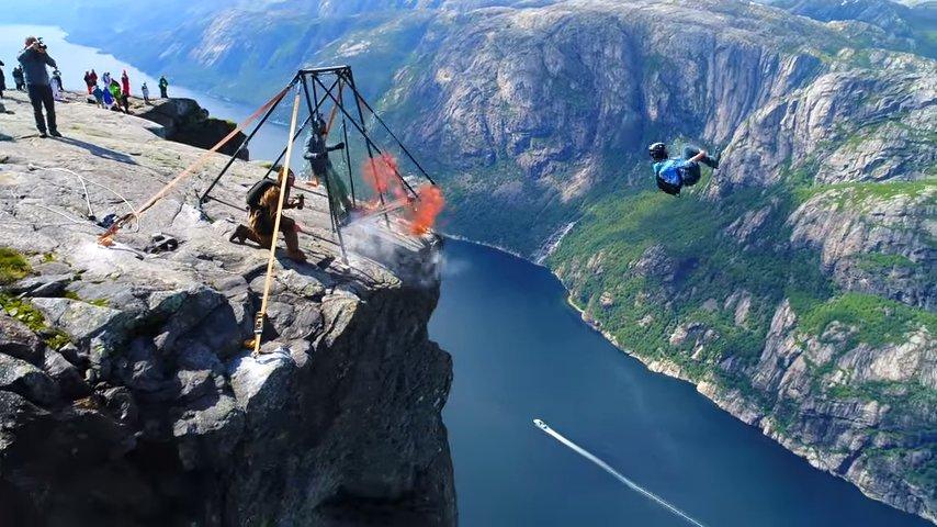 В Норвегии была снята на видео зрелищная серия прыжков бейсджамперов