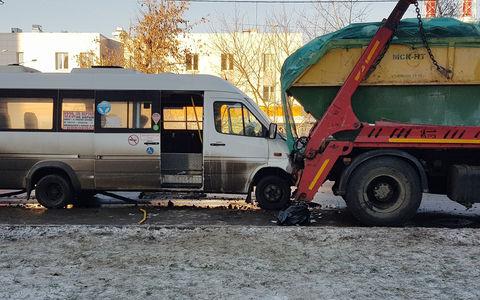 В Москве маршрутка столкнулась с мусоровозом. Есть раненые