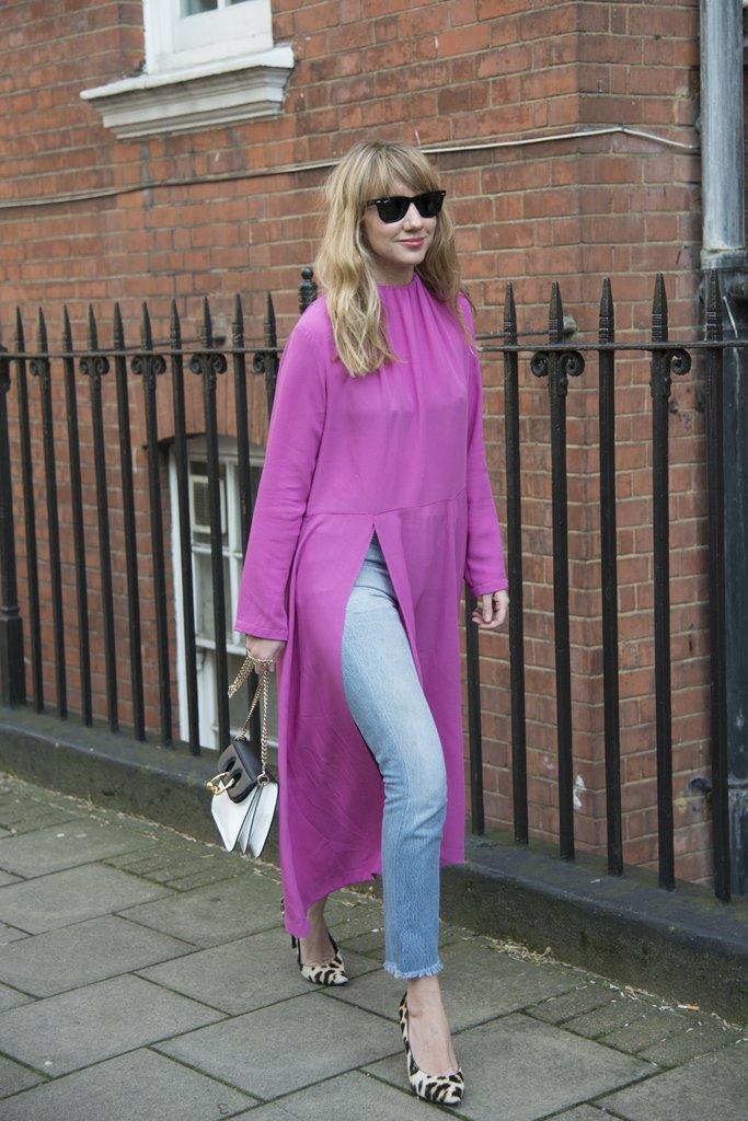Девушка в джинсах и розовом платье