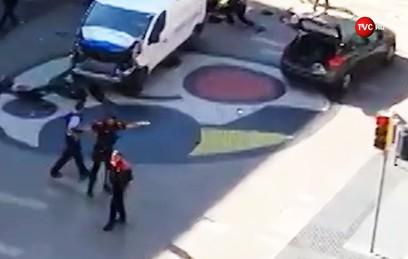 После наезда фургона на толпу людей в Барселоне началась стрельба