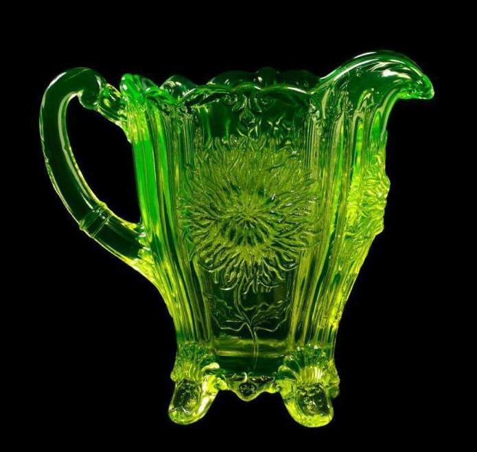 До конца двадцатого века обедненный уран добавляли в краски по стеклу и фарфору. На фото - урановое стекло (является предметом коллекционирования) аэс, интересное, радиация, теперь ты знаешь больше, уран, факты