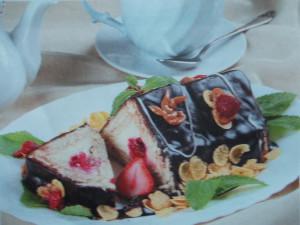 Торт с печеньем и творогом без выпечки