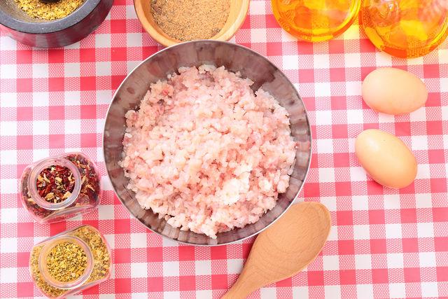 Иногда котлеты готовят не из свежей, а из копченой рыбы или с использованием морепродуктов