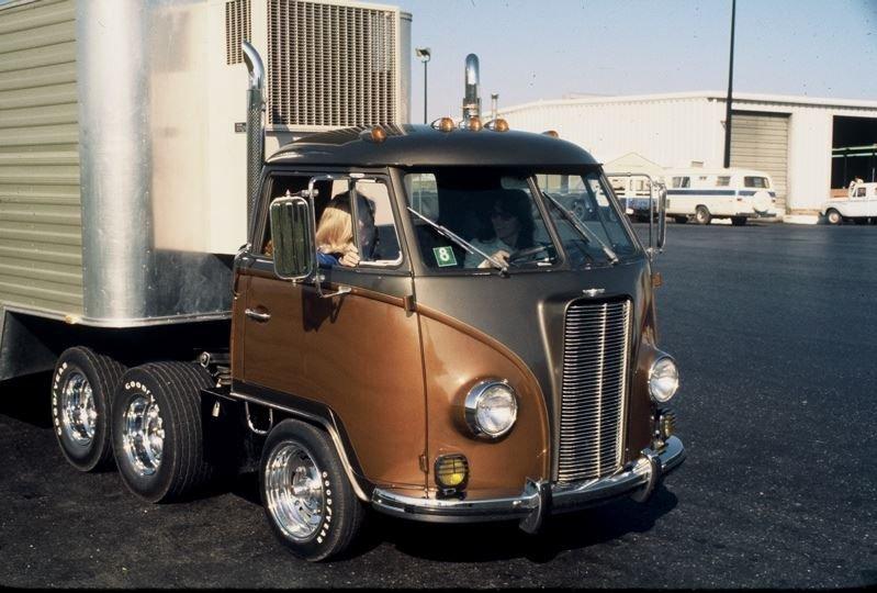 Необычный трехосный Volkswagen T1 в духе американских тягачей