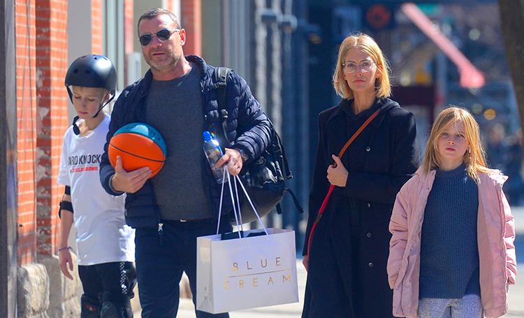 Семейный выход: Лив Шрайбер на прогулке с сыновьями и девушкой