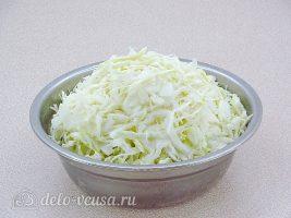 Запеченная белокочанная капуста с сыром: Нашинковать капусту