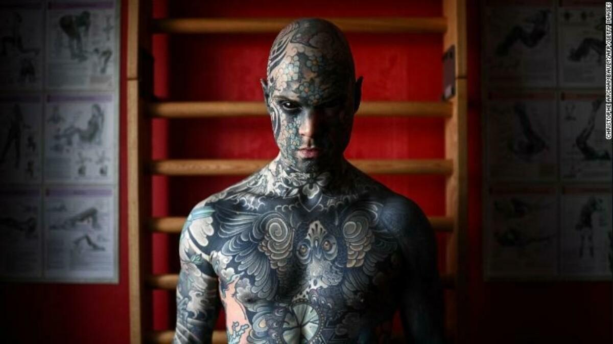 Французский учитель покрыл лицо татуировками. Это стоило ему работы в детском саду из-за страха учеников