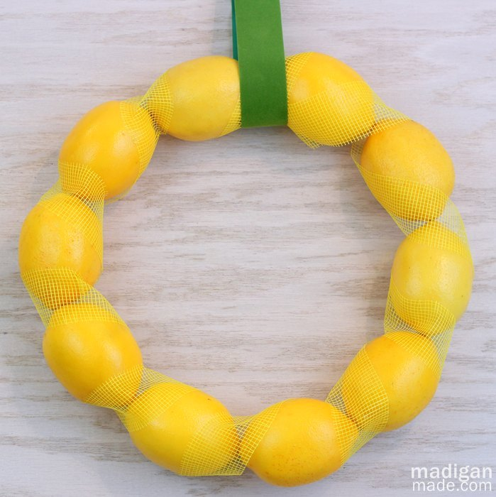 Весенний интерьерный венок из лимонов