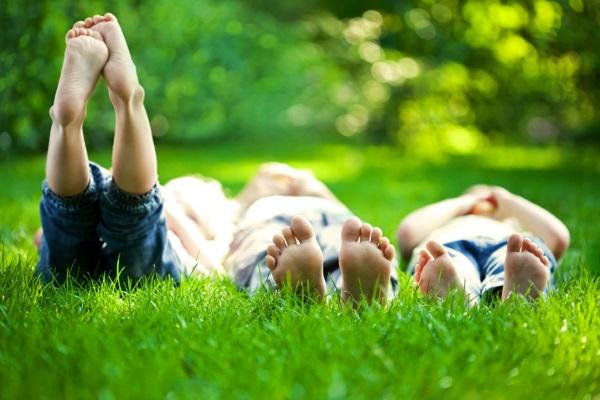 дети ходÑÑ' боÑиком по траве