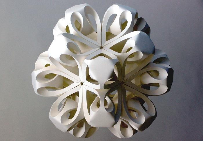 трёхмерные фигуры, сделанные вручную из обычной бумаги