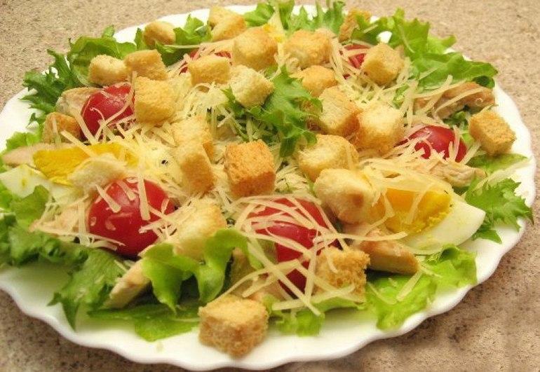 Салат с курицей и сухариками. Кефирный суп для похудения