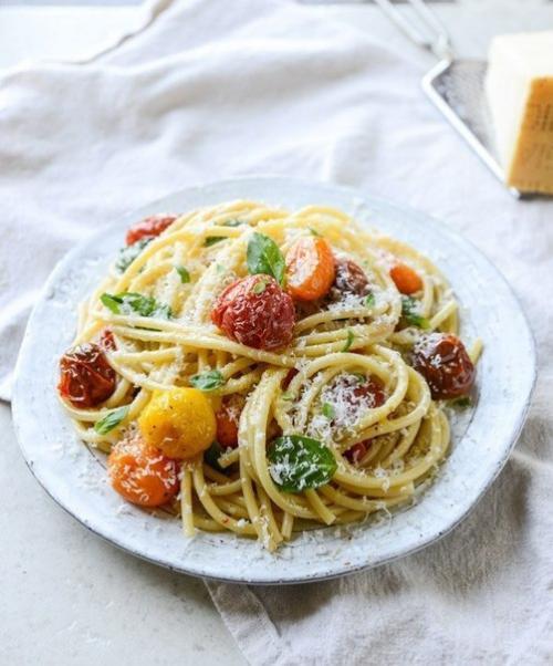 Паста с запеченными томатами и чесночным маслом.