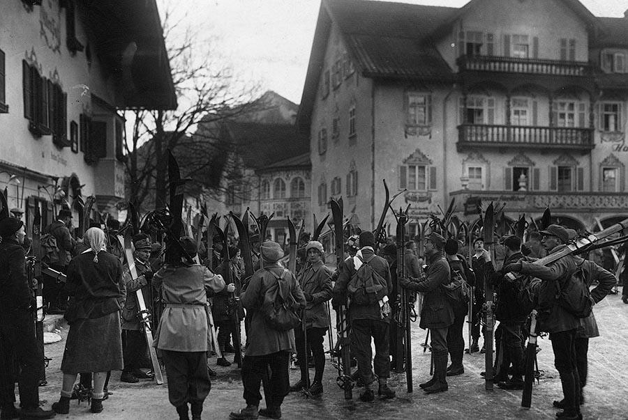 Группа отпускников, приехавших покататься на лыжах в Обераммергау. Германия, 1928 год.
