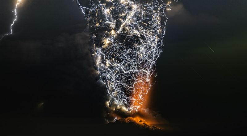Фотографу удалось снять грязную грозу — когда извержение вулкана вызывает молнии