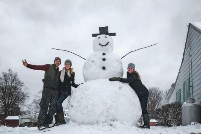 Американец решил сбить чужого снеговика и наказал сам себя