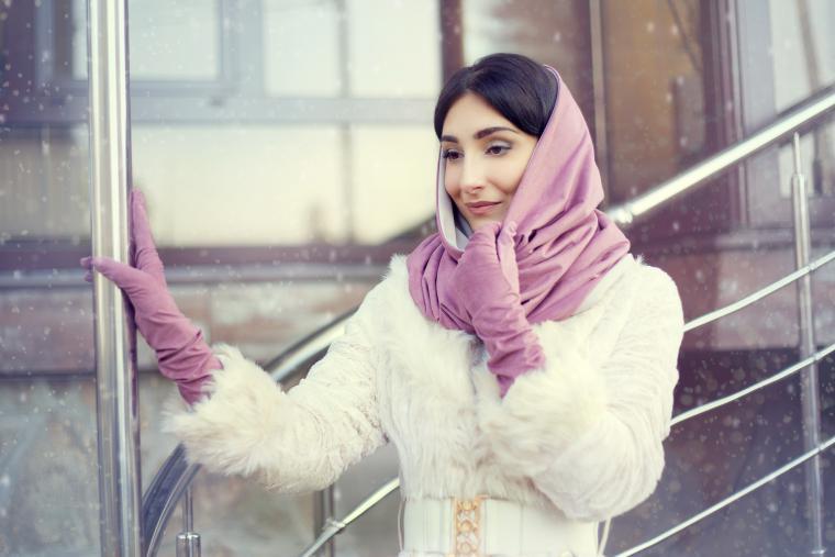 Как красиво повязать платок на голову зимой: 20 образов
