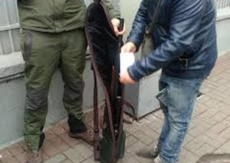 Нож, прицел и два ствола: Под Радой задержали «снайпера»