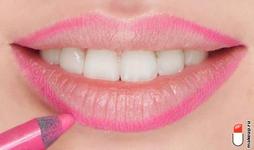 подчеркните контур губ розовым карандашом
