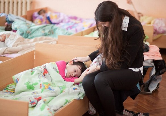 Воспитатель должен помочь уснуть каждому ребёнку.