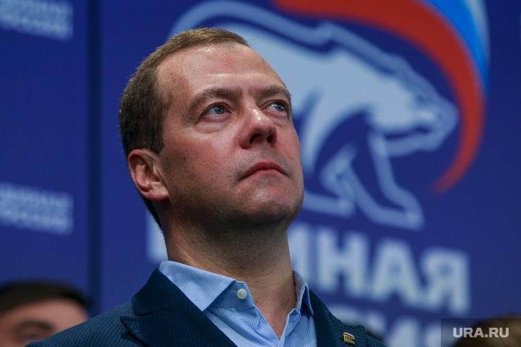 """""""Да,сынок,это фантастика"""": Медведев рассказал о предотвращении кризиса в России и росте благосостояния каждой семьи"""