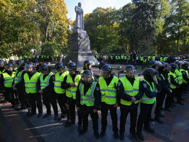 Украинские радикалы попытались снести в Киеве памятник генералу Ватутину