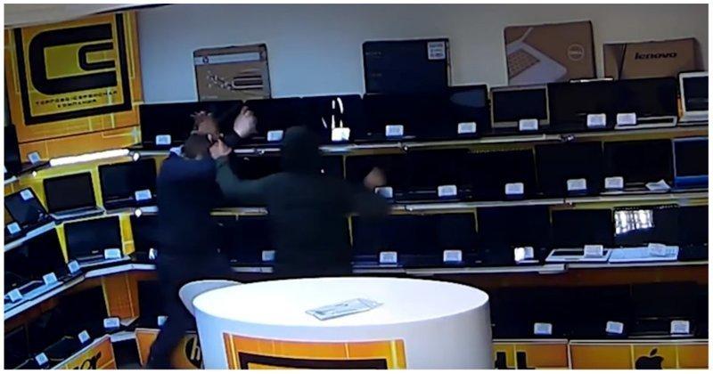 Дерзкое ограбление магазина ноутбуков в Екатеринбурге видео, екатеринбург, криминал, магазин, ноутбук, ограбление, россия