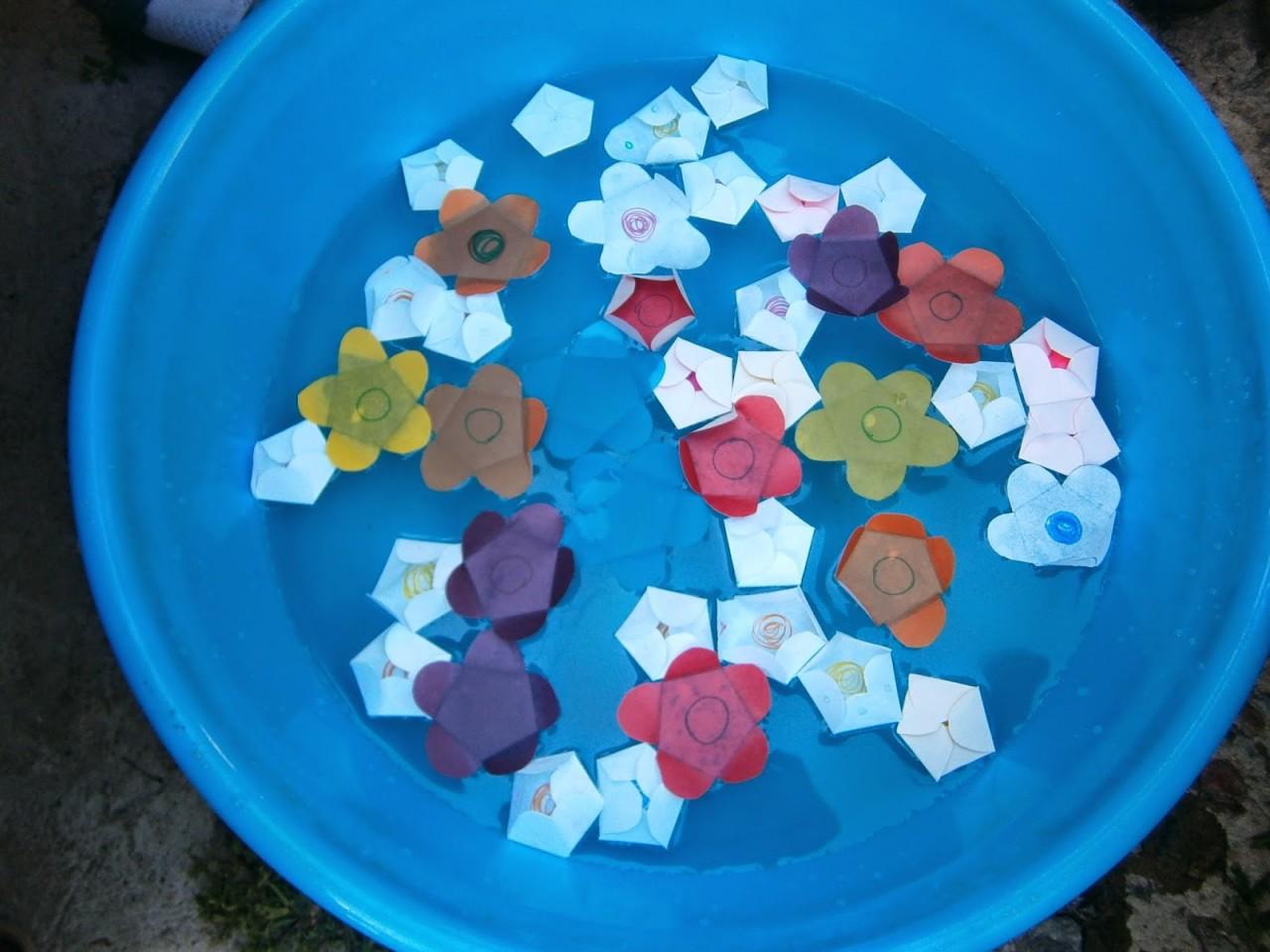 Расцветающие на воде цветы из бумаги. Рукодельничаем вместе с детьми