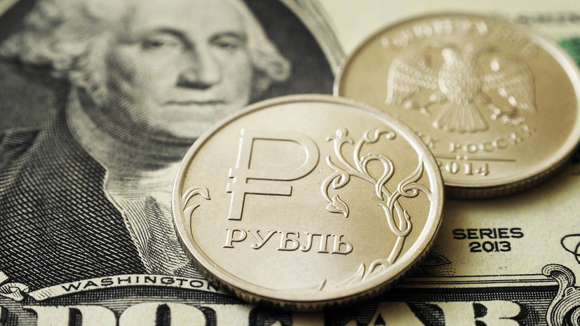 В начале торгов рубль снижается к доллару и евро