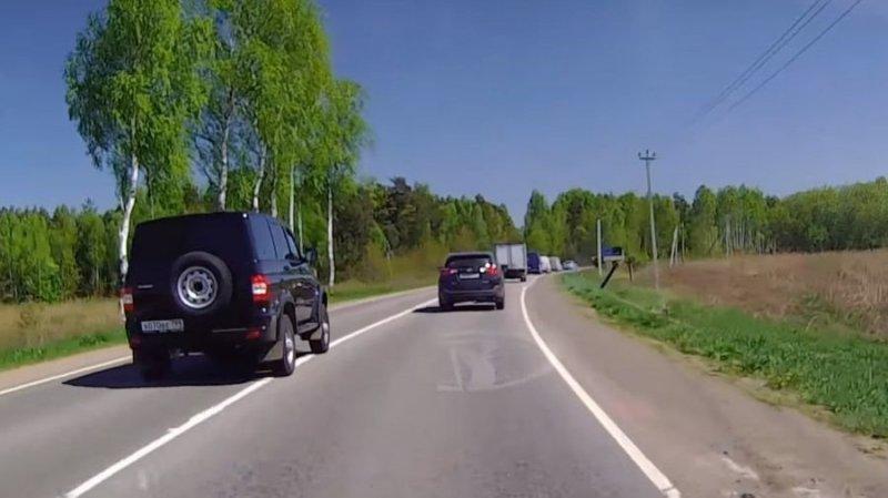 Дерзкая езда по встречное полосе на УАЗе