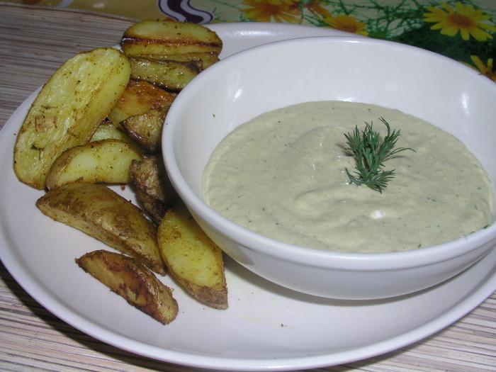Сметанно-сырный соус с чесноком.  Фото: koolinar.ru.