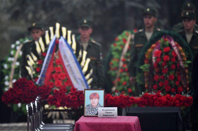 Церемония прощания с жертвами массового убийства в Керчи