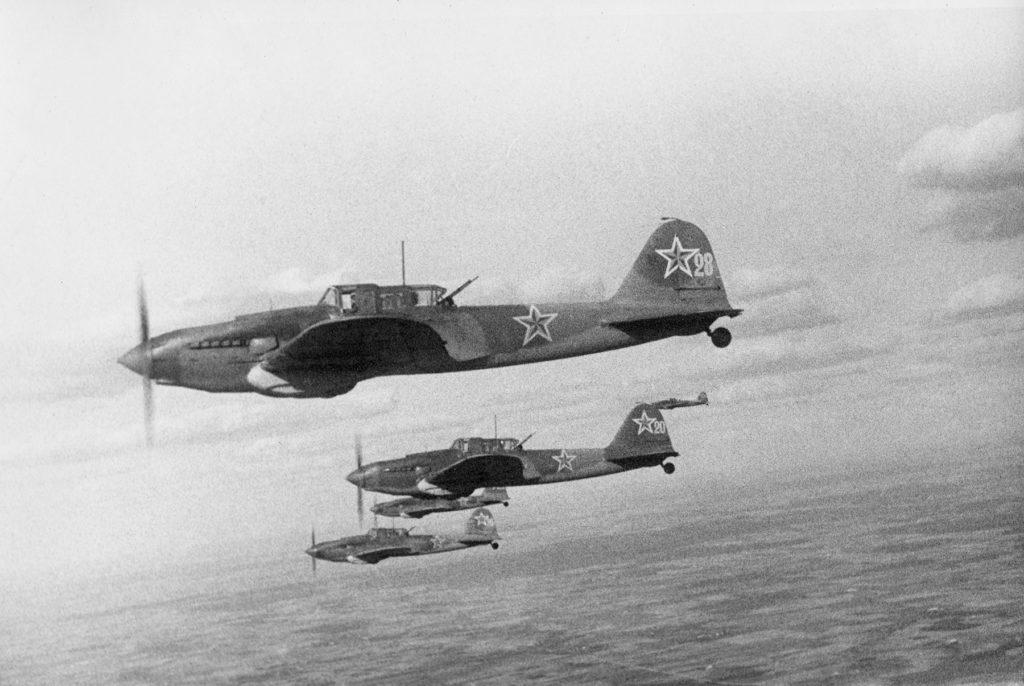 — Отсекайте «хромой» русский самолёт! – закричал обер-лейтенант. – Сейчас мы его свалим!