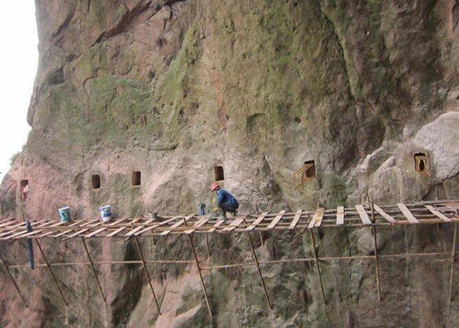 """Один из рабочих, сорокавосьмилетний Ю Чжи, который уже десять лет занимается строительством объектов на высокогорных проектах, рассказывает: """"Молодые парни не хотят идти на эту работу, поскольку мы должны находиться далеко в горах в течение многих ме работа, сделай сам, факты, экстрим"""