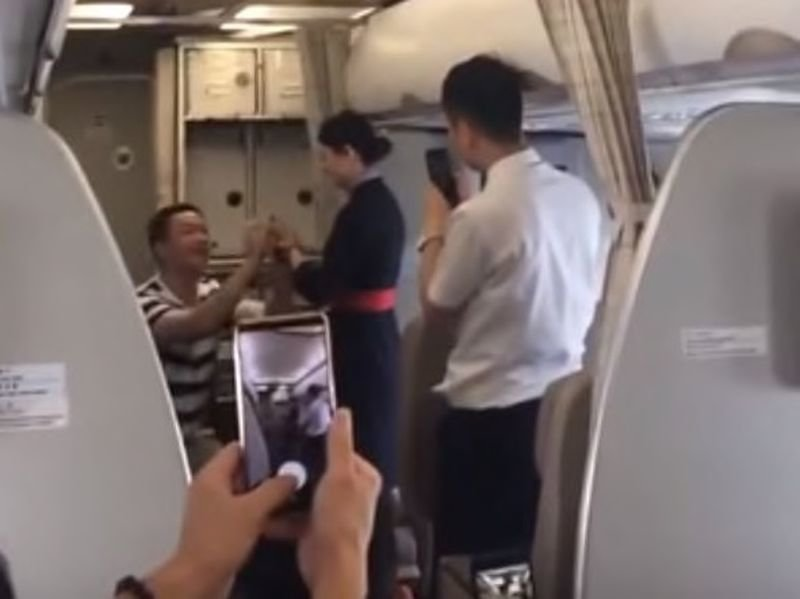 Стюардесса лишилась работы после того, как парень сделал ей предложение руки и сердца на борту самолета