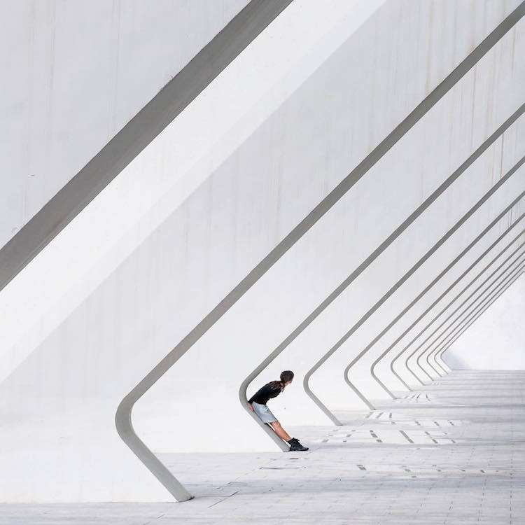 На фоне архитектуры