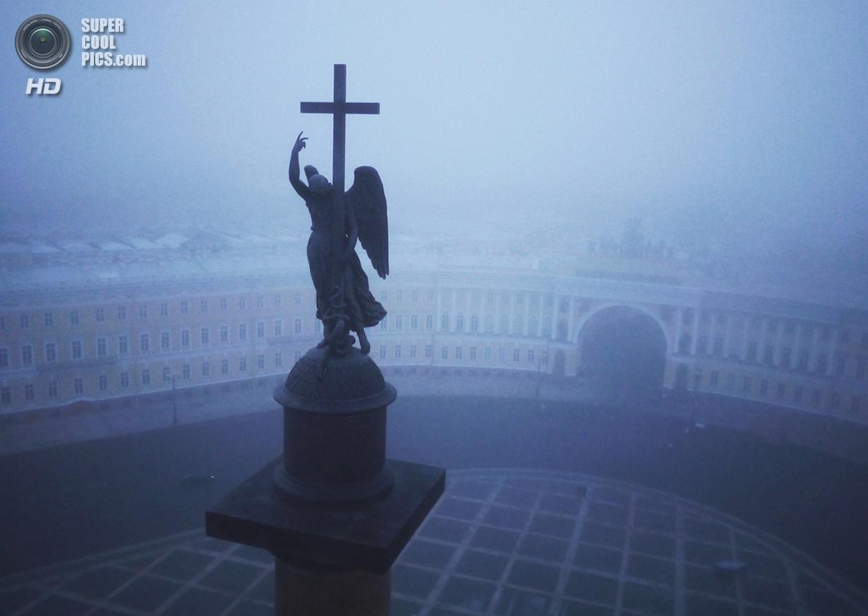 Скульптура ангела на Александровской колонне, которая посвящена победе в Отечественной войне 1812 года. (Amos Chapple/Rex Features)