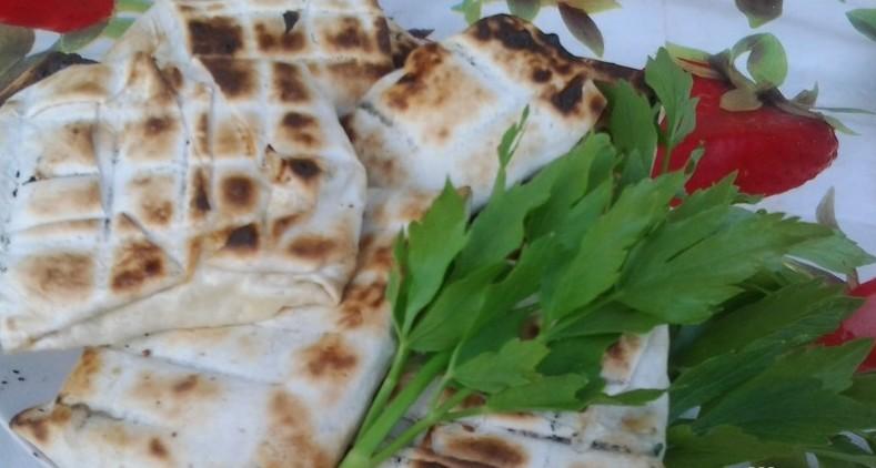 1. Лаваш с сыром и помидорами еда, майские праздники, пикник, рецепт, шашлык