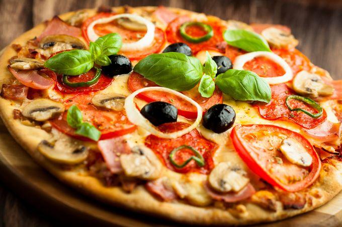 Итальянская пицца с ветчиной и грибами