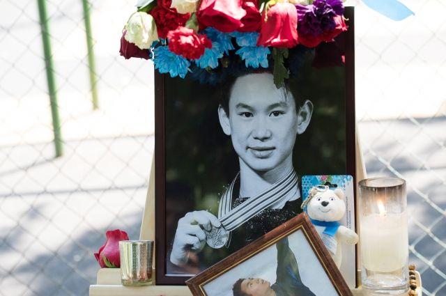Акция в память о Денисе Тене проходит у посольства Казахстана в Москве