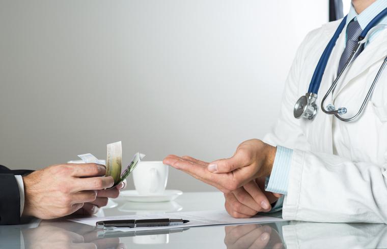 В уральской больнице назвали нормальной зарплату медсестры в 2900 рублей за месяц
