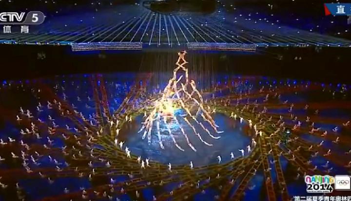 Огромная человеческая пирамида: 500 человек танцуют в воздухе