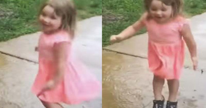 Мама разрешила дочурке погулять под дождем. Реакция малышки не может не тронуть!