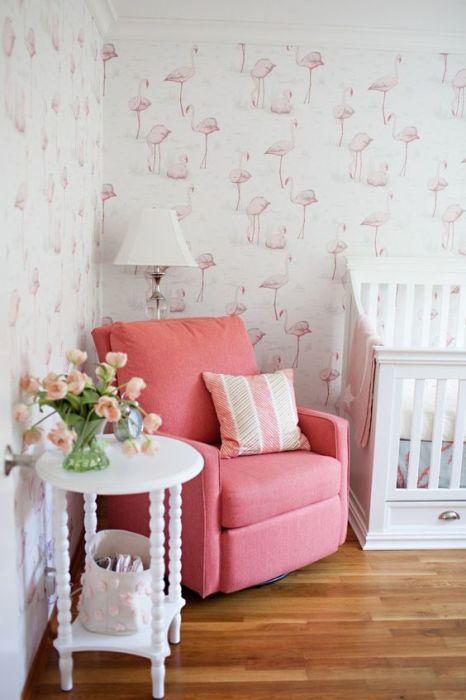 Розовые фламинго на обоях.